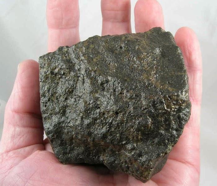 Meteoryt SAU 005, należący do klasy shergottytów.
