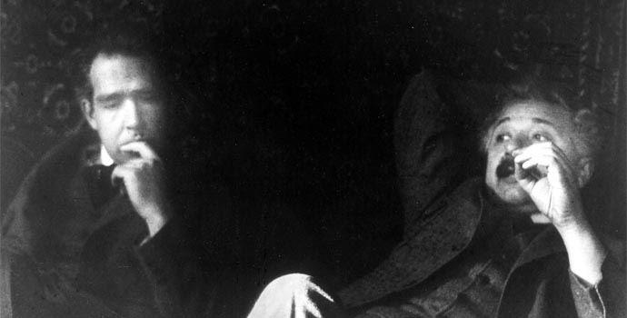 Albert Einstein podczas dyskusji z Nielsem Bohrem.