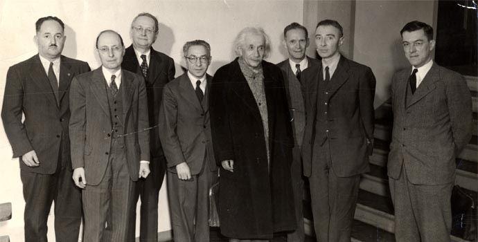 70-letni Einstein wtowarzystwie innych wybitnych fizyków, m.in.: Eugene'a Wignera, Hermanna Weyla iRoberta Oppenheimera.
