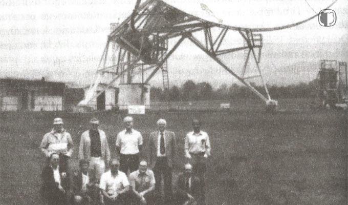 Członkowie eksperymentu Ozma (Drake stoi drugi odprawej), natle radioteleskopu Tatela.