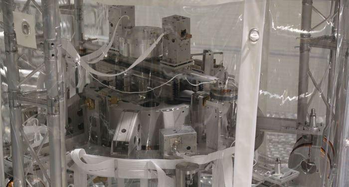 Szczyt supertłumika zelementami pomiarowymi: akcelerometrami itransformatorami LVDT orazaktuatorami.