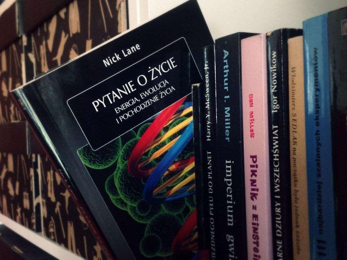 Czarna dziura w sercu biologii – recenzja 'Pytanie o życie'