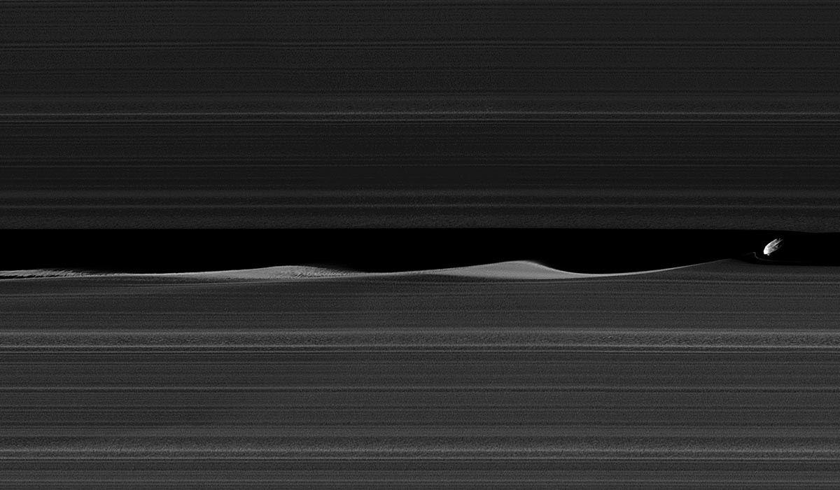 Daphnis i pierścienie Saturna w ujęciu sondy Cassini