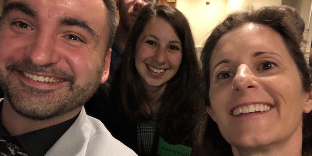 Zespół analizujący dane EHT podczas ogłoszenia wyników wWaszyngtonie. Odlewej: Maciej Wielgus, Katie Bouman iKari Haworth.