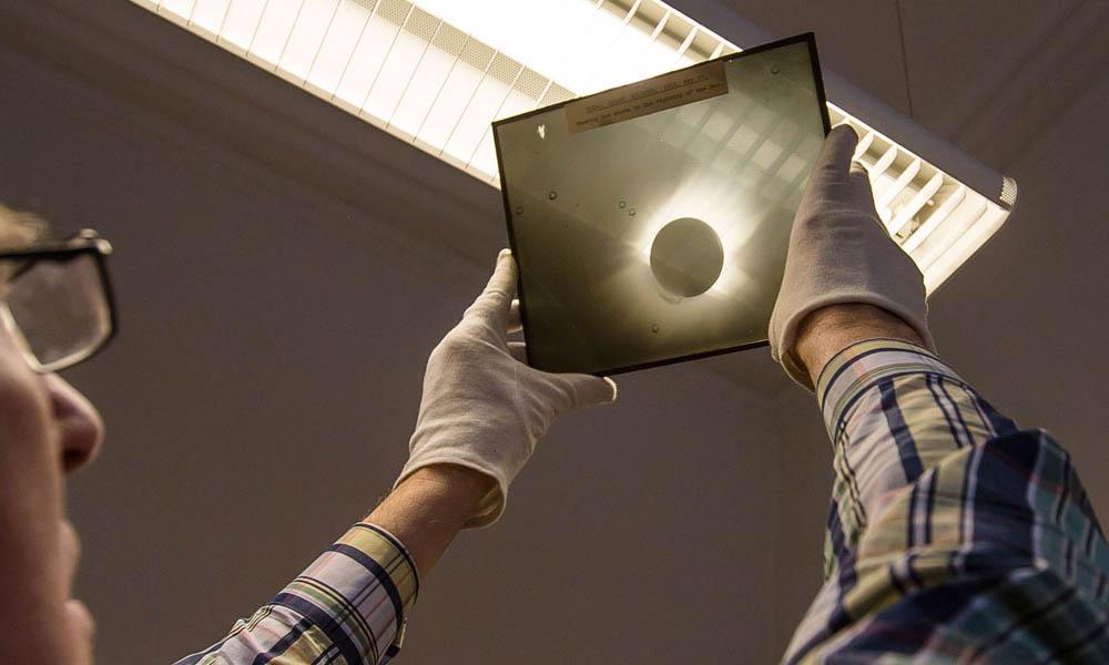 Klisza z zapisem obserwacji zaćmienia Słońca z 1919 roku