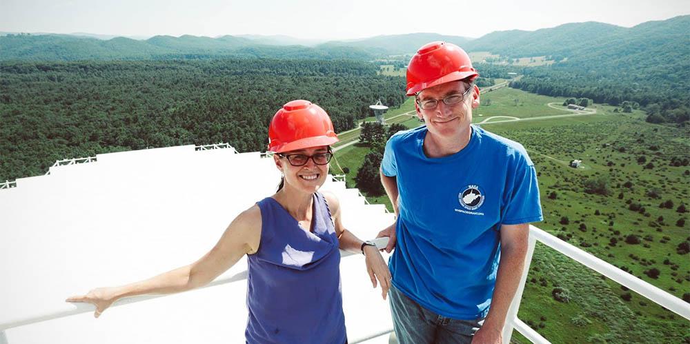 Maura McLaughlin iDuncan Lorimer naszczycie Green Bank Telescope.
