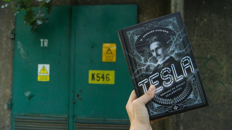 """Trzeźwa biografia kultowego geniusza – recenzja """"Tesli"""" Carlsona"""