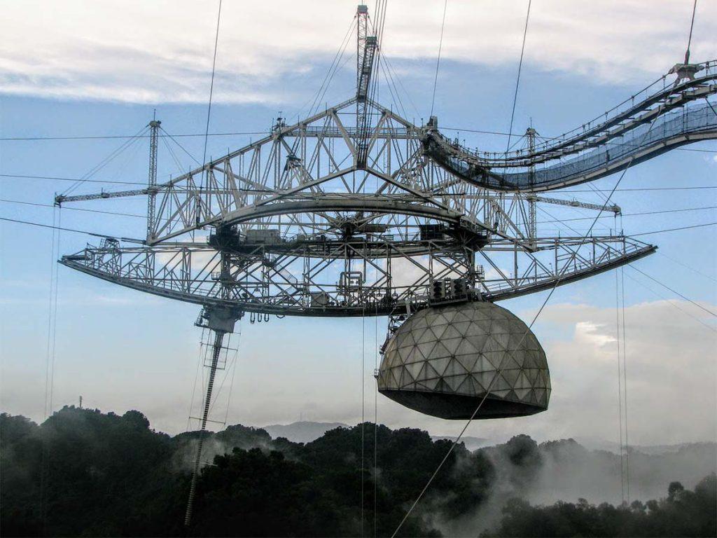 Platforma z aparaturą badawczą teleskopu Arecibo