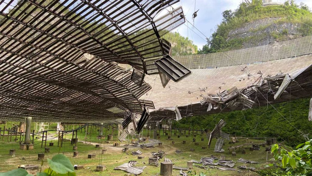 Zniszczony radioteleskop Arecibo
